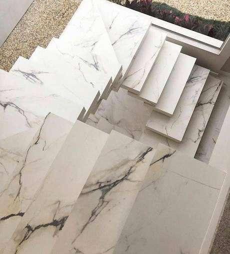 46. A escada de mármore caracol é sempre linda. Foto: Instagram