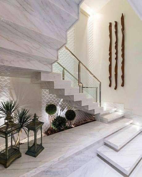 40. A escada de mármore pode ser uma extensão do seu estilo decorativo. Foto: Instagram