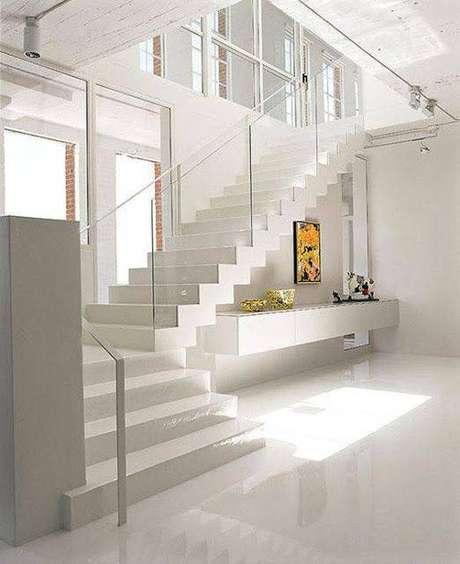 6. A sensação de limpeza é um dos pontos positivos da escada de mármore. Foto: Construindo Minha Casa Clean