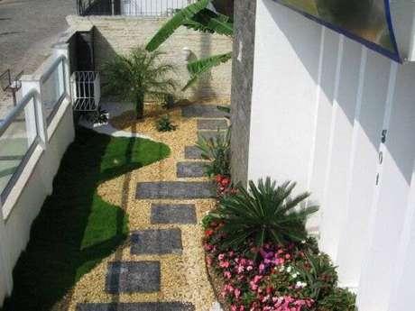 2. Espalhe pedras miracema pelo jardim. Fonte: Decor Pedras