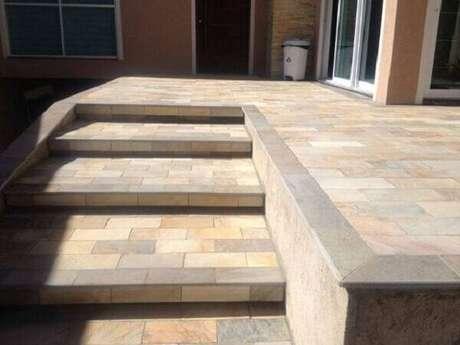 41. Terraço com escada revestido com pedra miracema. Fonte: Piso de Pedra