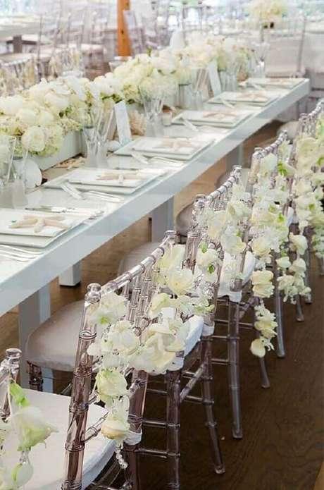 46. Festa de aniversário de casamento decorada com flores brancas e cadeiras de acrílico – Foto: Weddbook