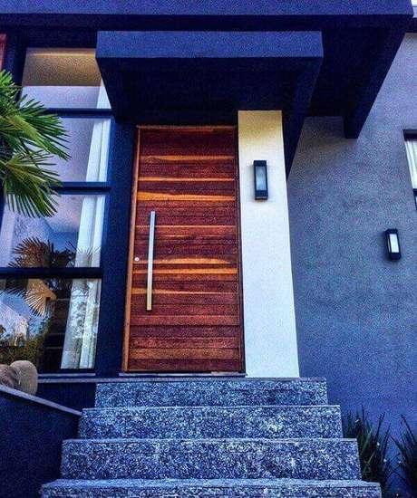 43. A pedra miracema cinza na escada traz neutralidade para a entrada da casa. Fonte: Schramm Arquitetura e Engenharia