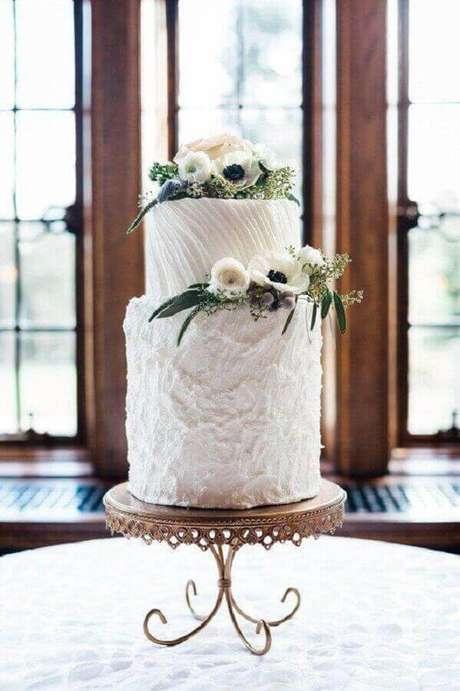 49. Ideia de bolo de aniversário de casamento decorado com flores – Foto: Opulent Treasures