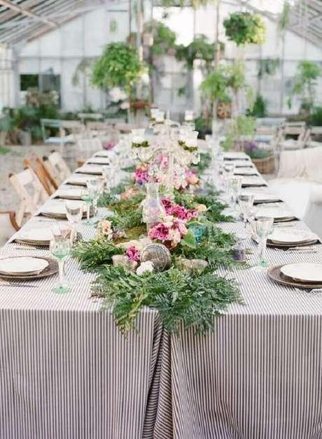 51. Invista em um belo arranjo de flores para decorar a mesa de aniversário de casamento simples – Foto: HappyWedd