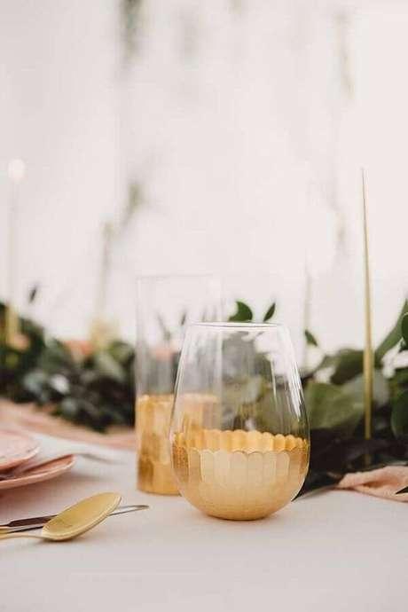 52. Escolha com atenção os talheres, copos e louças que vão ser usados na festa de aniversário de casamento – Foto: 100 Layer Cake