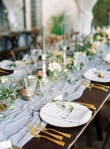 55. Mesa de aniversário de casamento simples decorada com pequenos arranjos de flores e talheres dourados – Foto: Alluring Designs