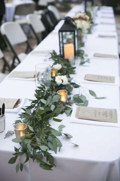 56. Mesa de aniversário de casamento decorada com folhagens e velas – Foto: Pinterest