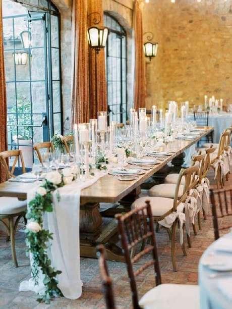57. Decoração para mesa de aniversário de casamento com folhagens e rosas brancas – Foto: Glamour & Woods