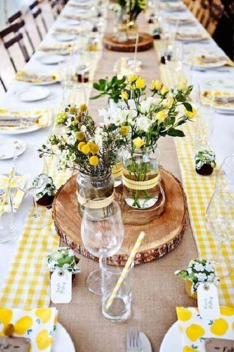 61. Mesa simples decorada para festa de aniversário de casamento – Foto: Premier Table Linens