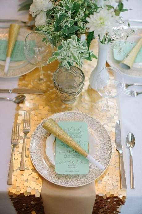 62. Mesa para aniversário de casamento bodas de ouro decorada em azul Tiffany e dourado – Foto: WeddingOmania