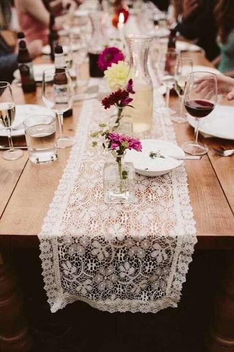 63. Mesa rústica para aniversário de casamento simples decorada com caminho de renda – Foto: Pinterest