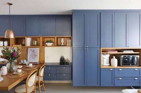 43. Armário de cozinha estilo retrô com mesa de madeira combinando – Projeto: Acf Arquitetura