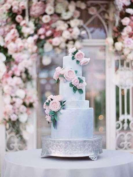 64. Modelo de bolo de aniversário de casamento moderno com flores cor de rosa – Foto: Style me Pretty