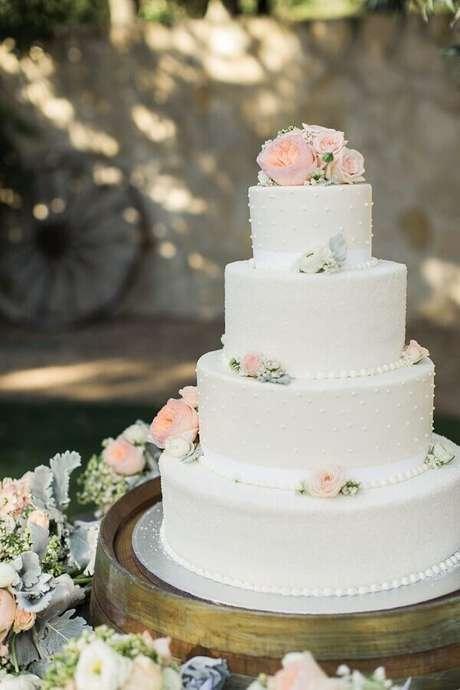 6. Escolha um modelo de bolo de aniversário de casamento que tenha a ver com o resto do estilo da festa – Foto: iCasei
