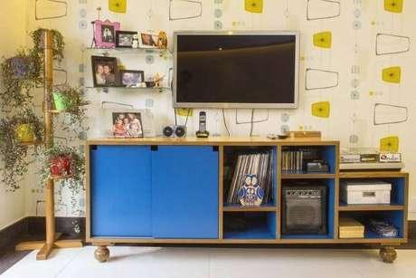 48. Os móveis retrô sala em tons de azul são lindos para alegrar a sala de estar. Combine com as cores do seu papel de parede – Projeto: Move Móvel