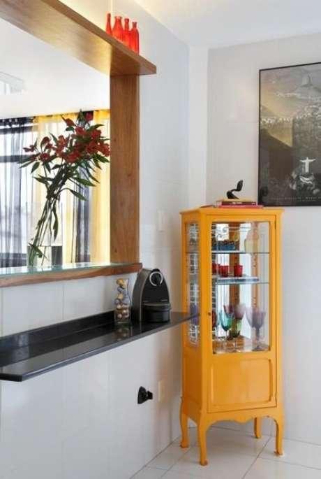 8. O bar de canto é um dos móveis retrô amarelo que você pode usar na sala de estar – Via: Casa e Construção