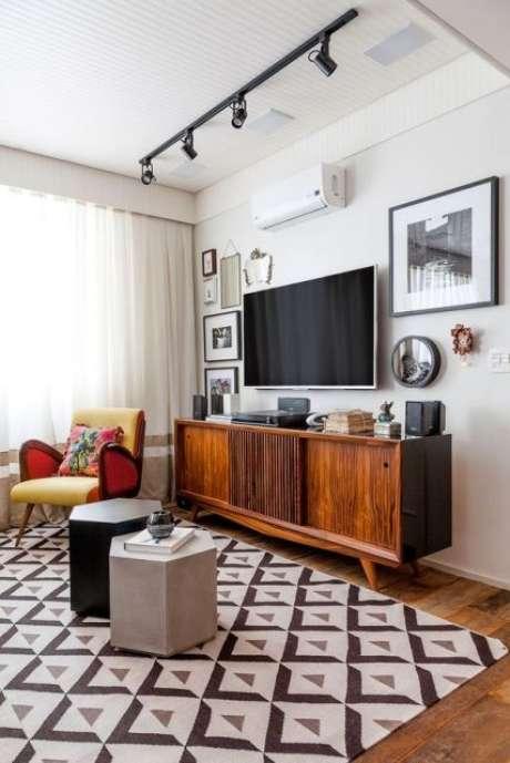 52. Móveis retrô com rack de madeira – Via: Casa e Construção