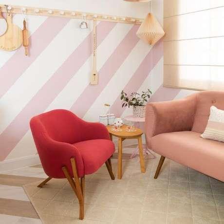 56. Móveis retrô em tons de rosa – Projeto: Mauricio Arruda