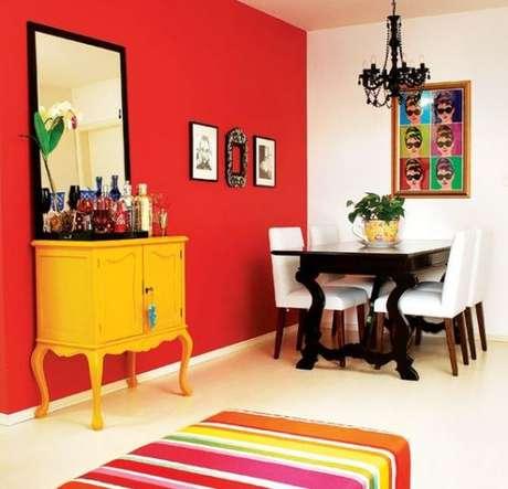58. Móveis retrô com parede vermelha – Via: Casa e Construção