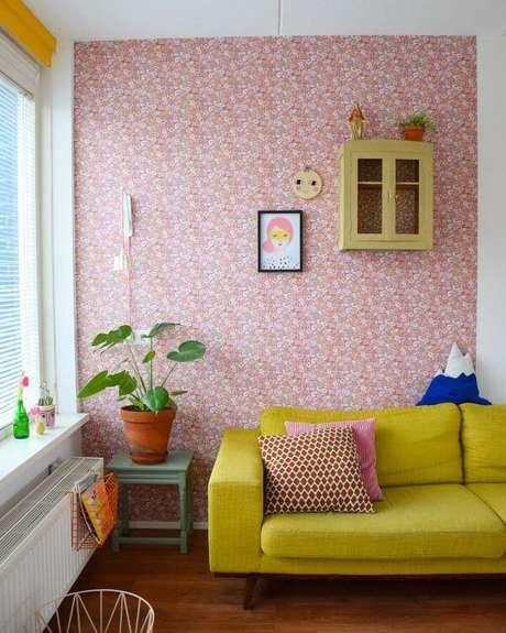 11. Sofá retrô amarelo com papel de parede cor de rosa – Projeto: Gerja Hofman