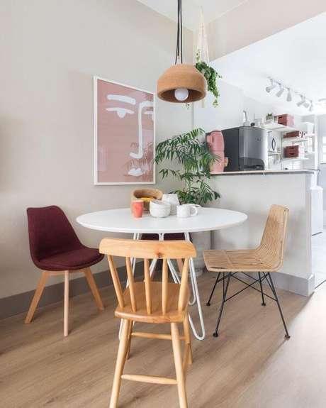 7. Os móveis retrô sala de estar com cadeiras diferentes é moderno e lindo – Via: Mauricia Arruda