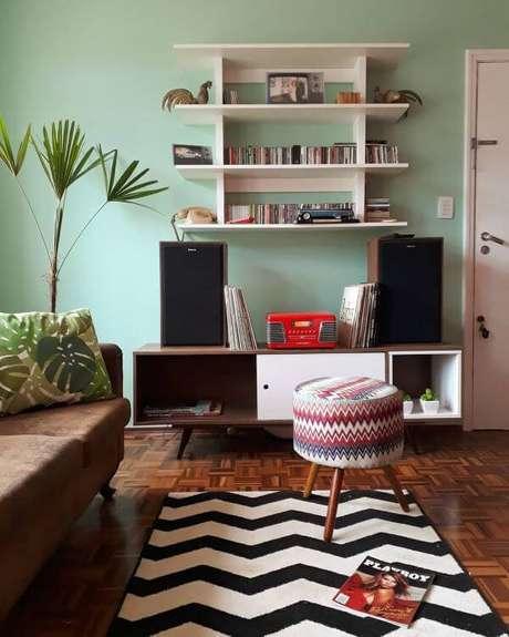 13. Móveis retrô para sala moderna e aconchegante – Via: Tua Casa