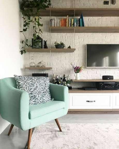 16. Os móveis retrô em tons claros combinam perfeitamente com ambientes neutros e clean – Via: Dicas de Decoração