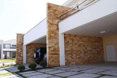 53. Parede da garagem feita com pedra miracema amarela. Fonte: Pinterest