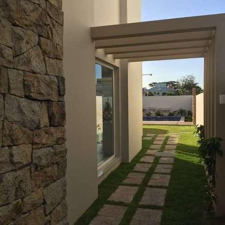 60. Utilize a miracema para formar lindos caminhos pelo jardim. Fonte: Estela Cislagui Arquitetura