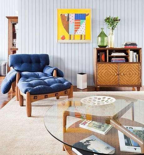 14. Poltrona mole azul na sala moderna – Foto: Casa e Jardim