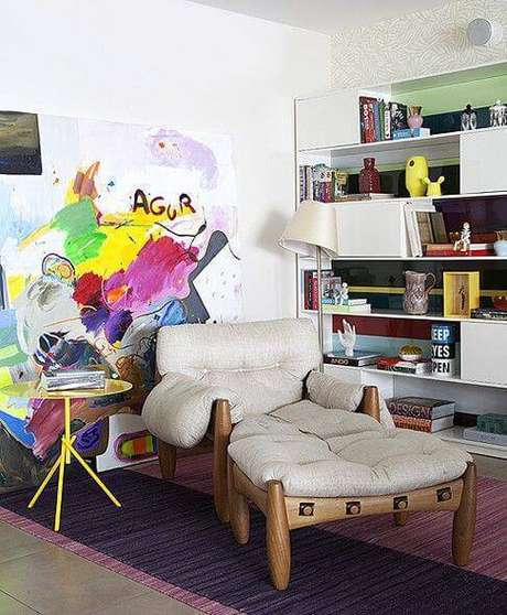 17. Poltrona moderna com quadro colorido destacando a cor off white do estofado – Foto: Casa e Jardim