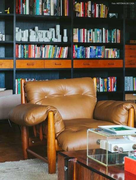 19. Poltrona mole marrom para cantinho de leitura – Foto: Histórias de casa