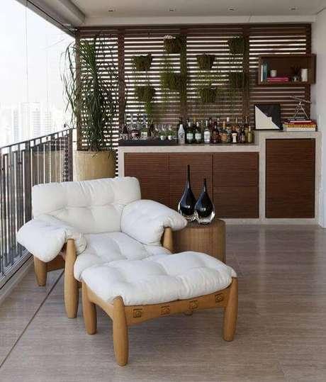 22. A varanda também fica muito mais aconchegante com a poltrona mole – Foto: Casa Vogue