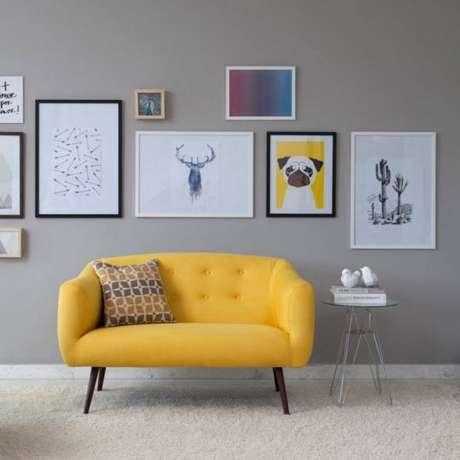 9. Móveis retrô amarelo como sofá, almofadas e quadrinhos combinando – Via: Pinterest