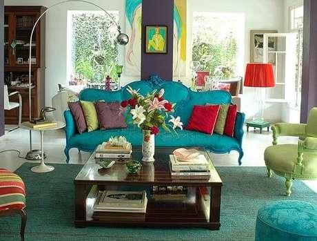 23. Sofá com almofadas coloridas para combinar com outros enfeites e móveis retrô – Via: Pinterest