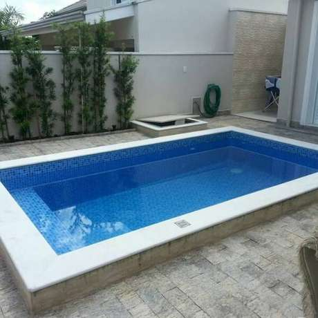 65. Toda a lateral da piscina recebeu acabamento especial com a miracema. Fonte: Alarcon Arquitetura & Urbanismo