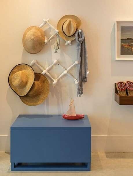 2. Decoração para quarto de praia com cabideiro de parede – Foto: Quartos Etc