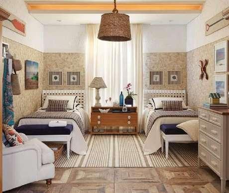 1. Decoração para quarto de praia decorado em tons de bege com papel de parede e poltrona branca – Foto: Quartos Etc
