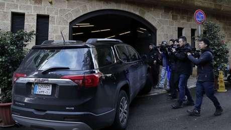 Jornalistas fazem plantão na frente do local onde Carlos Ghosn está vivendo em Beirute