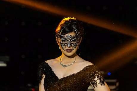 25. Baile de máscaras 15 anos com debutante toda de preto para a valsa – Foto: Guto Ribas