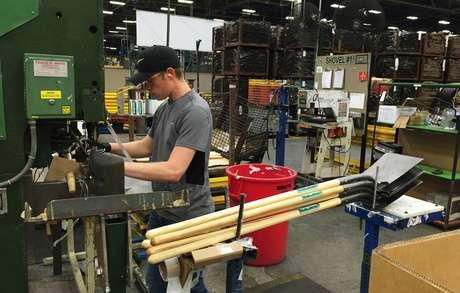 Homem trabalha em linha de produção de pás em fábrica na Pensilvânia, EUA 29/06/2017 REUTERS/Tim Aeppel