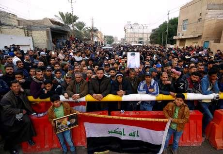Apoiadores do clérigo Moqtada al-Sadr se reúnem perto de sua residência, em Najaf, no Iraque 07/`12/2019 REUTERS/Alaa al-Marjani