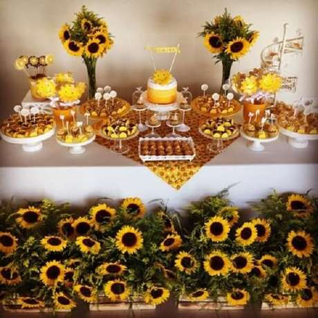 31. Caixotes de madeira e flores decoram a mesa do bolo da festa tema girassol. Fonte: Pinterest