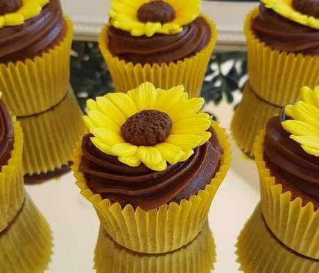 16. Cupcakes com formatos criativos para festa tema girassol. Fonte: Pinterest