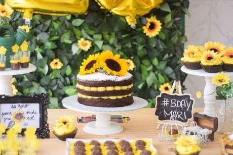 19. As flores foram espalhadas por toda a mesa do bolo da festa tema girassol. Fonte: Pinterest