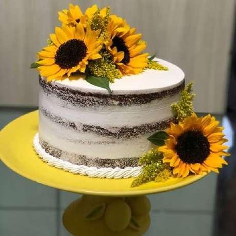 24. Bolo rústico com flores para festa tema girassol. Fonte: Pinterest