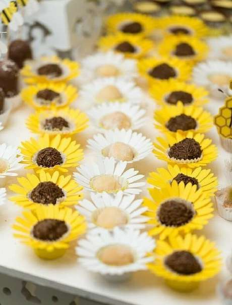 1. As forminhas dos docinhos encantam os convidados da festa tema girassol. Fonte: Pinterest