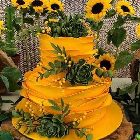61. Bolo amarelo com acabamento engenhoso para festa temática girassol. Fonte: Pinterest