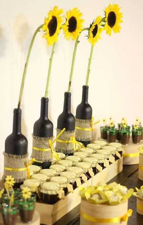 23. Garrafas de vidro, tecido juta e fitas para decoração da festa tema girassol. Fonte: Pinterest